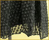 「チュールレースを重ねたコサージュが華やかなベアトップドレス」詳細写真